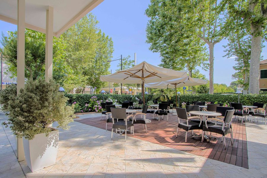 Viaggiare bene hotel Athena a Cervia patio