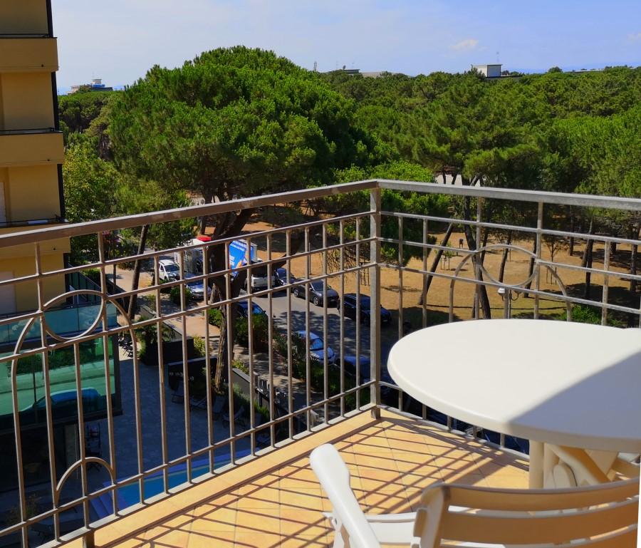 viaggiarebene-hotelmiragemilanomarittima-balcone-pineta-live